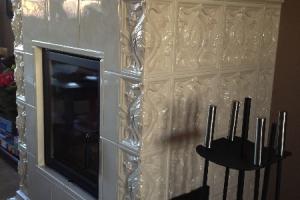 Ścianka boczna kominka wykonana jest z kafli ozdobnych MAKI