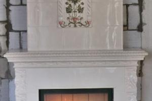 Centralnie umieszczony element malowany pełni dodatkową funkcję ozdobną.