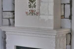 Widok na boczną ściankę kominka kaflowego.