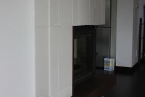 Połączenie kafli ze ścianką komina