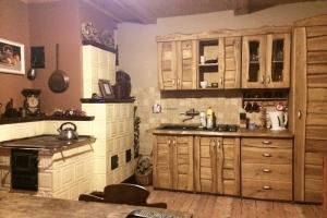 Widok ogólny pomieszczenia z kuchnią kaflową