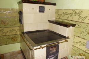 Widok ogólny kuchni, elementy ozdobne wykonano z mosiądzu