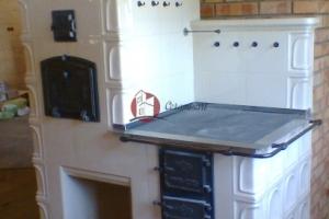 Kuchnia kaflowa wykonana z kafli GRUPY 3 w kolorze ecru połysk.