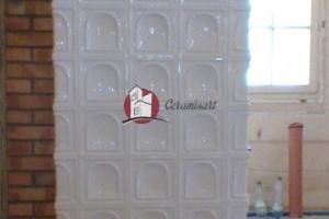 Ścianka grzewcza wykonana z kafli o wzorze BRAMA stanowi część ozdobną kuchni kaflowej.