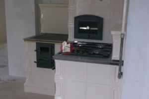 Obydwie płyty kuchni kaflowej ustawiono pod kątem 90 stopni