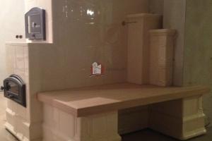 Drewniana ławka wbudowana w bryłę kuchni kaflowej
