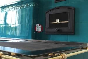 Rama nierdzewna kuchni kaflowej z relingiem w kolorze mosiężnym