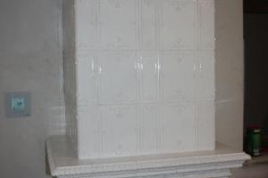 Z lewej strony pieca widać panel sterowania procesem spalania.