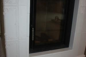 W piecu kaflowym zabudowano wkład piecowy BRUNNER HKD 2.2 z kręgami akumulacyjnymi.