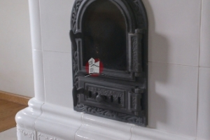 Drzwiczki z szybą zapewniają widok ognia.